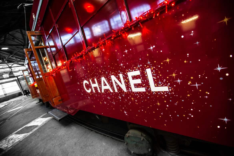 Piazza della Scala a Milano si accende del rosso di Chanel n° 5